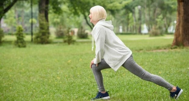 woman doing forward lunge